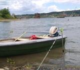 Čamac sa motorom i prikolicom
